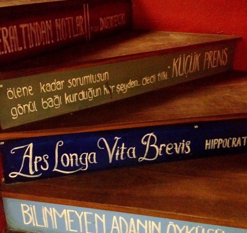 Minoa Books and Coffee, Akaretler